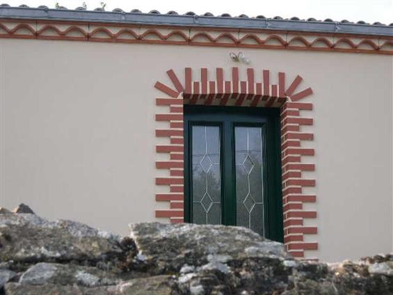 Fenêtre avec entourage briques rouges sur la commune LE PELLERIN - 44640